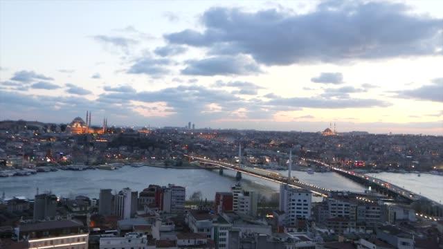 ゴールデンホーンに架かる橋。夜のアタテュルク橋とゴールデンホーン橋 - モスク点の映像素材/bロール