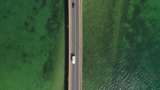 bridge over the sea bay view from above - most konstrukcja wzniesiona przez człowieka filmów i materiałów b-roll