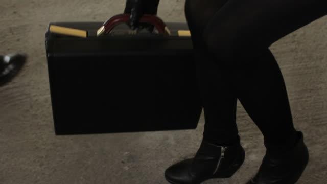 stockvideo's en b-roll-footage met briefcase swap -close up - uitwisselen