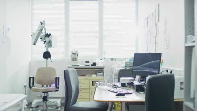 aydınlık ve modern tıp doktor ofisi, kişisel bilgisayar ve kulak burun boğaz, göz hastalıkları ekipman ile tamamlandı. - burun vücut parçaları stok videoları ve detay görüntü çekimi