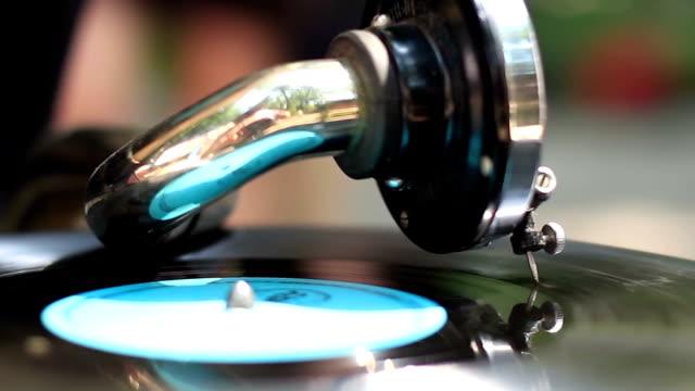 colorato vintage giradischi, grammofono in città, giorno - disco audio analogico video stock e b–roll