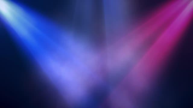 leuchtend bunte scheinwerfer leuchten in der szene im rauch, konzert-hintergrund. nahtlose schleife animation - rampenlicht stock-videos und b-roll-filmmaterial