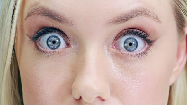 밝은 eyed 뷰티 - surprise 스톡 비디오 및 b-롤 화면