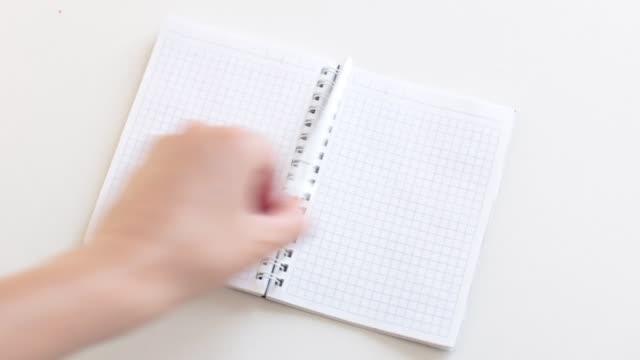ljusa fashionabla video bakgrund en hel del öppet utrymme för att skriva på klistermärken och i ett anteckningsblock siffror och ord på anteckningar - calendar workout bildbanksvideor och videomaterial från bakom kulisserna