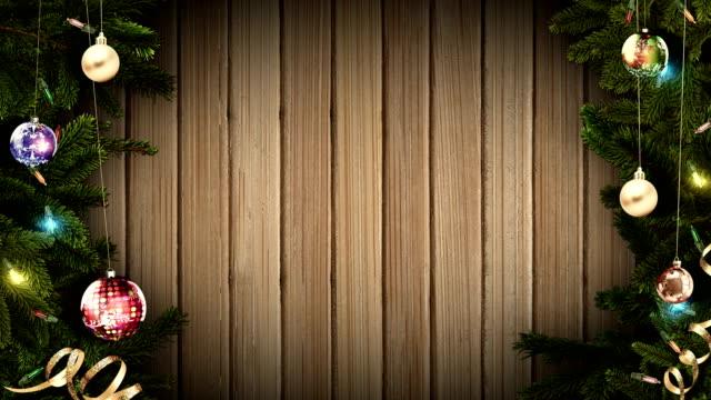 helle festliche weihnachten rahmen auf einem alten rustikalen holztisch, eine erstaunliche magische atmosphäre schaffen. geschlungen - ast pflanzenbestandteil stock-videos und b-roll-filmmaterial