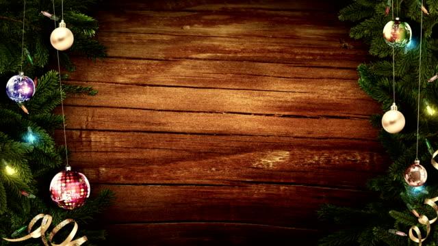 luminosa cornice natalizia festosa su un vecchio tavolo rustico in legno per creare un'atmosfera magica incredibile. loop - christmas movie video stock e b–roll