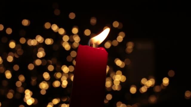 vídeos y material grabado en eventos de stock de llama brillante quema de fondo de vela festiva bokeh - advent