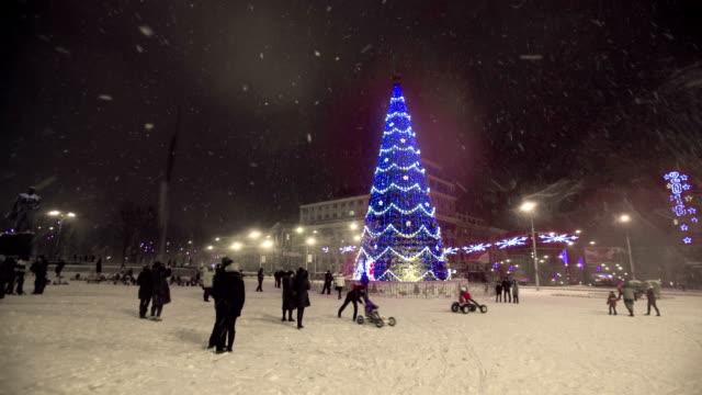 bir noel ağacı şehir, üzerinde parlak aydınlatma - süslü püslü stok videoları ve detay görüntü çekimi