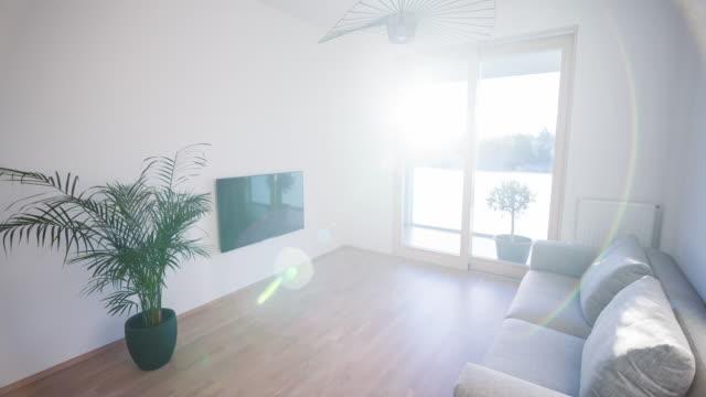 Salón luminoso en un apartamento nuevo - vídeo
