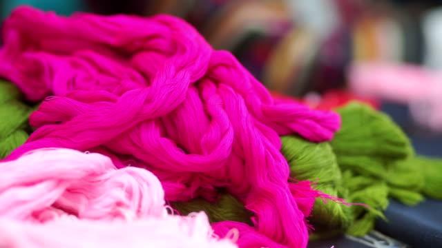 vidéos et rushes de lumineux multi couleur de fils de soie grège. - fibre