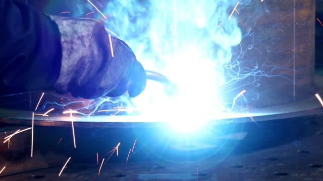 helle funken von schweißgeräten, während der schweißer arbeitet - pflicht stock-videos und b-roll-filmmaterial