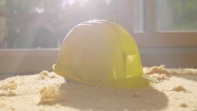 närbild ljus vårsol skiner på en gul hatt som sitter på skumskiva - solar panel bildbanksvideor och videomaterial från bakom kulisserna