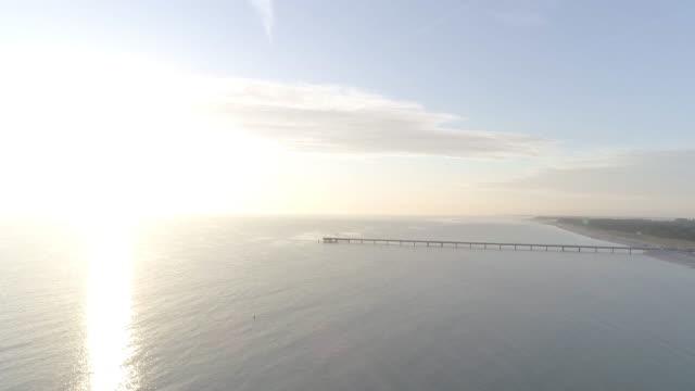strahlender sonnenschein hinter horizon in der ostsee - ostsee stock-videos und b-roll-filmmaterial