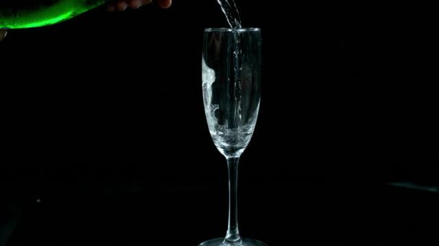 vidéos et rushes de apportez sur le pétillant, il est temps de faire la fête - champagne