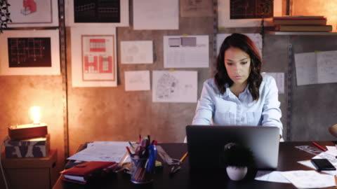 stockvideo's en b-roll-footage met haar ontwerpen tot leven brengen met technologie - alleen volwassenen