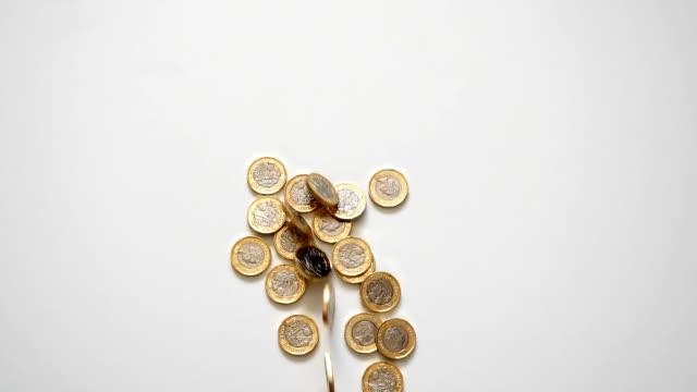 britische 1 pfund-münzen, rollen und fallen - pfand stock-videos und b-roll-filmmaterial