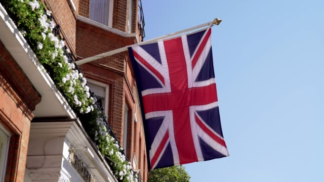 Britische Flagge am Stadthaus in London Sloane Square – Video