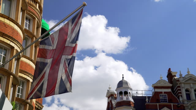 brittisk flagga vajande i vinden - brexit bildbanksvideor och videomaterial från bakom kulisserna