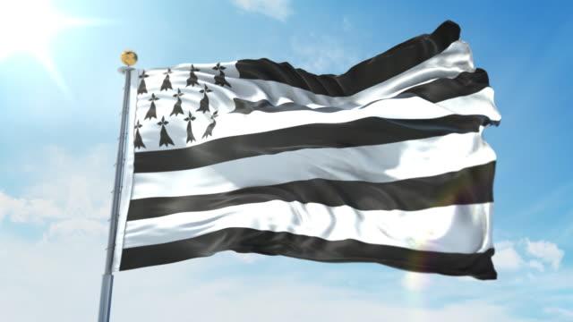 vidéos et rushes de drapeau de bretagne ondulant dans le vent contre le ciel bleu profond. thème national, concept international. 3d render seamless loop 4k - bretagne