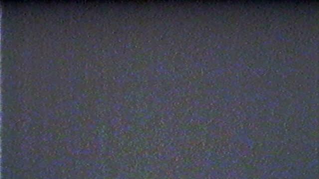 vidéos et rushes de interférence de diffusion sur l'écran de télévision avec des défauts de couleur et des bandes de distorsion 4k - image teintée