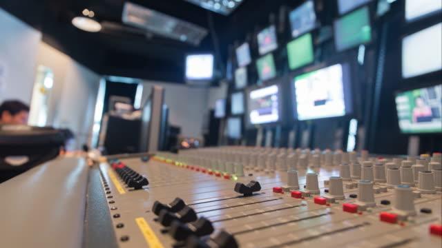 emissione radio-televisiva - studio camera video stock e b–roll