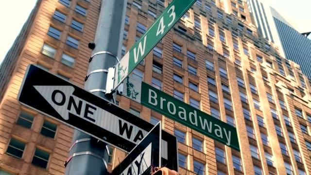 broadway und vierzig third street in midtown manhattan 4k - schild stock-videos und b-roll-filmmaterial