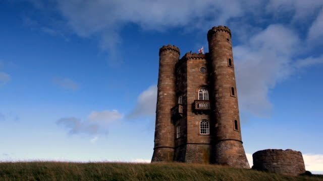 vídeos de stock, filmes e b-roll de torre broadway e nuvens - castelo