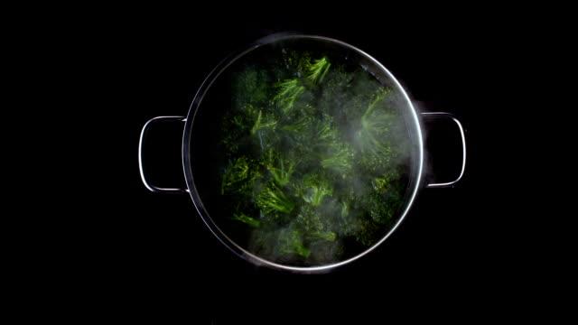 broccolo in pentola bollente - broccolo video stock e b–roll