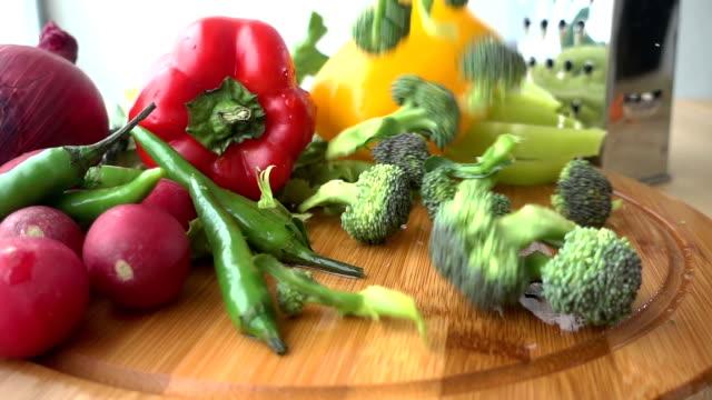 vídeos y material grabado en eventos de stock de brócoli en tablero de corte - deslizar