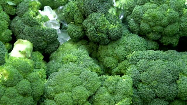 broccoli in un negozio di alimentari - broccolo video stock e b–roll