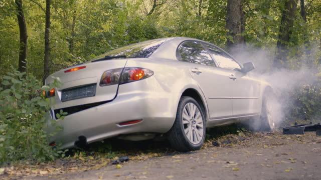 trasig bil som avger rök efter olycka - bilolycka bildbanksvideor och videomaterial från bakom kulisserna
