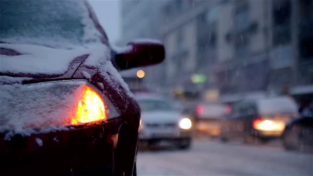 Kaputtes Auto auf der Straße Schnee frostigen Winternacht – Video