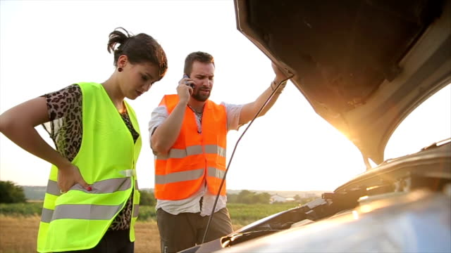 vídeos de stock e filmes b-roll de broken car - berma da estrada
