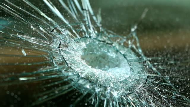 vidéos et rushes de pare-brise de voiture cassée. accident de voiture. mise au point sélective - pare brise