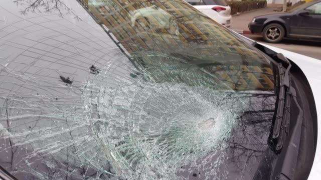 vidéos et rushes de pare-brise de la voiture après un accident de la route - pare brise