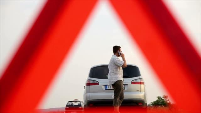 vídeos de stock e filmes b-roll de broken car,warning triangle - berma da estrada