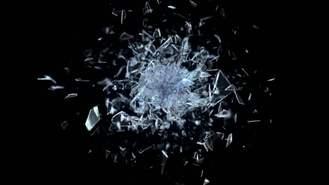 vídeos y material grabado en eventos de stock de explosión de vidrio roto contra fondo negro en 4k - impacto