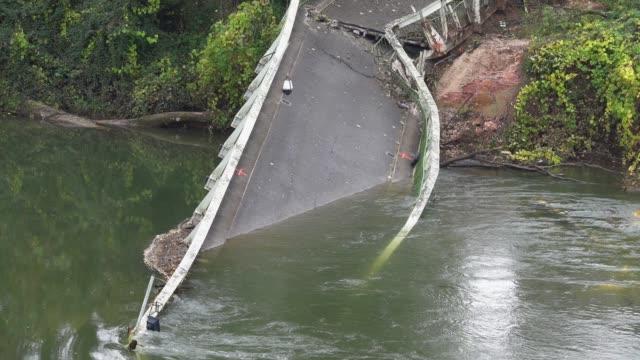 vídeos de stock, filmes e b-roll de ponte de metal quebrado beterraba duas margens . - ponte