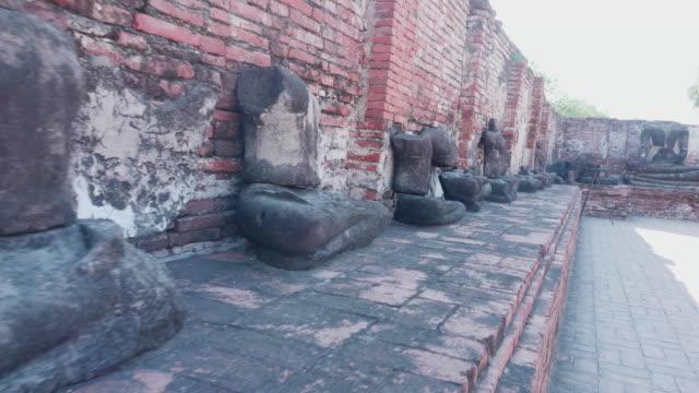 zerbrochene statue im wat mahathat in ayutthaya, thailand - geköpft stock-videos und b-roll-filmmaterial