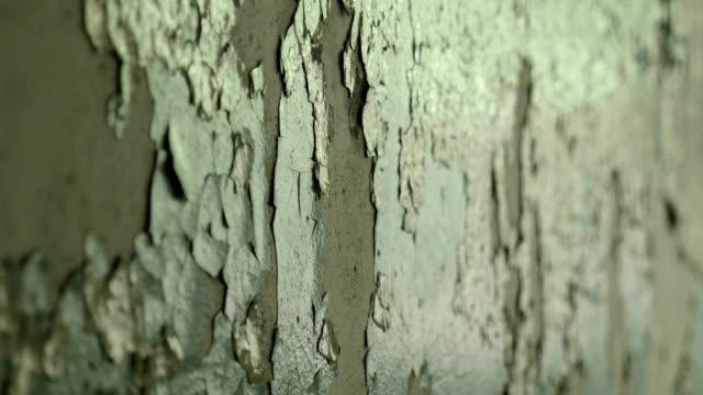 버려진된 공장에서 깨진된 벽입니다. 부드럽게 그리고 천천히 돌리 샷. - wood texture 스톡 비디오 및 b-롤 화면