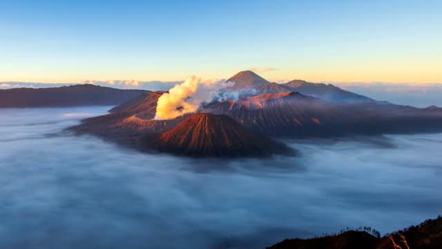 vulkan bromo sunrise wahrzeichen natur reise-platz von indonesien 4k zeitraffer - vulkan stock-videos und b-roll-filmmaterial