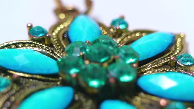 vídeos de stock, filmes e b-roll de broche de bronze com pedras preciosas de perto. handmade. - esmeralda