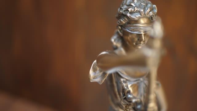 bronsstaty av themis eller lady of justice på brown bakgrund - domstol bildbanksvideor och videomaterial från bakom kulisserna