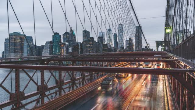 t/l zi brooklyn bridge und manhattan skyline, von tag zu nacht übergang / new york, usa - wahrzeichen stock-videos und b-roll-filmmaterial