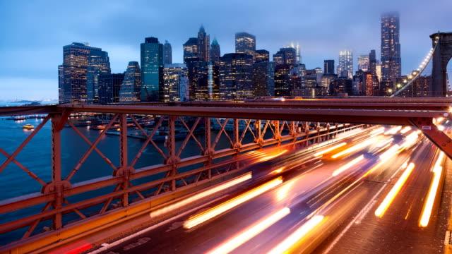 brooklyn köprü araba trafik ışık timelapse - new york - abd - trafik zaman atlatma stok videoları ve detay görüntü çekimi