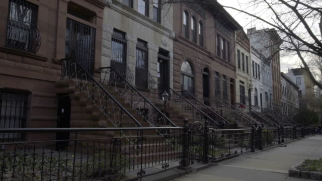 brooklyn in pietra bruna arenaria inquadratura portante - appartamento video stock e b–roll