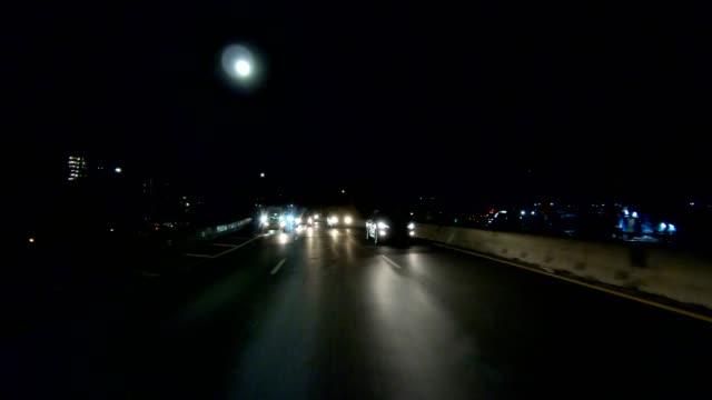 vidéos et rushes de brooklyn iv série synchronisée vue arrière conduite studio plaque de process - voiture nuit