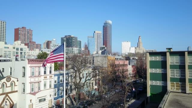 Brooklyn Nachbarschaft mit amerikanischen Flagge - Luftbild Drohne – Video