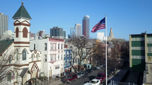 brooklyn nachbarschaft mit amerikanischen flagge - luftbild drohne - grundschule stock-videos und b-roll-filmmaterial