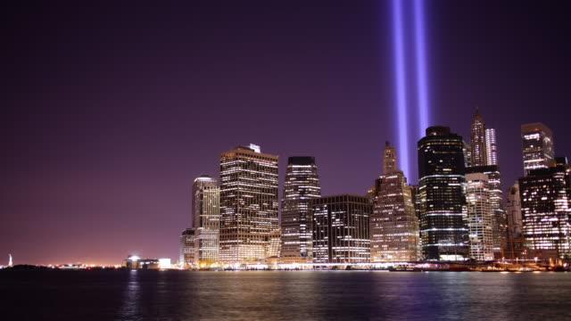 vídeos y material grabado en eventos de stock de brooklyn vista en memorial torres de luz 4 k time lapse de nueva york - memorial day